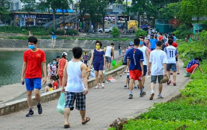 Cận cảnh hàng trăm người dân phớt lờ lệnh cấm vẫn ra công viên tập thể dục - Ảnh 12.