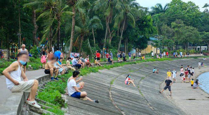 Cận cảnh hàng trăm người dân phớt lờ lệnh cấm vẫn ra công viên tập thể dục - Ảnh 6.