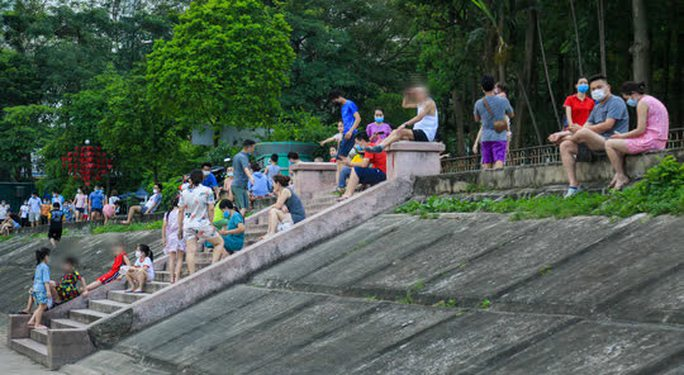 Cận cảnh hàng trăm người dân phớt lờ lệnh cấm vẫn ra công viên tập thể dục - Ảnh 8.