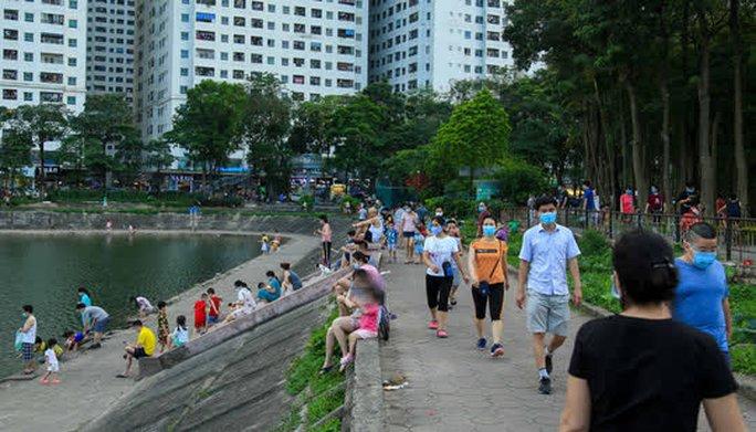 Cận cảnh hàng trăm người dân phớt lờ lệnh cấm vẫn ra công viên tập thể dục - Ảnh 9.