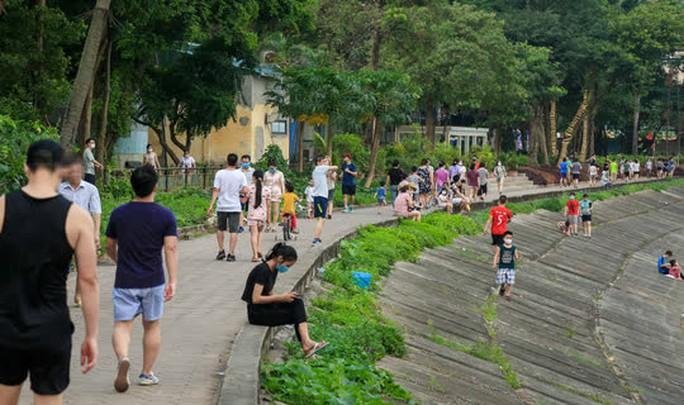 Cận cảnh hàng trăm người dân phớt lờ lệnh cấm vẫn ra công viên tập thể dục - Ảnh 3.
