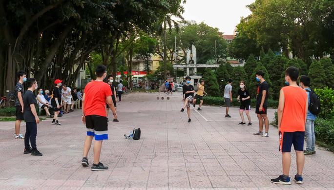 Cận cảnh hàng trăm người dân phớt lờ lệnh cấm vẫn ra công viên tập thể dục - Ảnh 13.