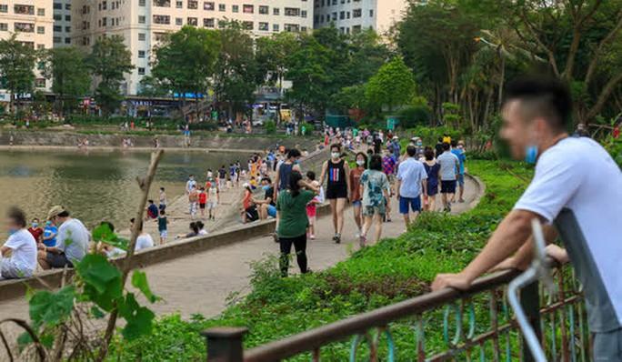 Cận cảnh hàng trăm người dân phớt lờ lệnh cấm vẫn ra công viên tập thể dục - Ảnh 1.