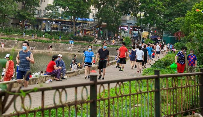 Cận cảnh hàng trăm người dân phớt lờ lệnh cấm vẫn ra công viên tập thể dục - Ảnh 4.