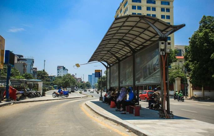 Người dân Thủ đô bịt kín mặt ra đường trong ngày nắng gắt - Ảnh 3.