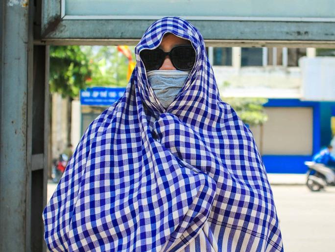 Người dân Thủ đô bịt kín mặt ra đường trong ngày nắng gắt - Ảnh 2.