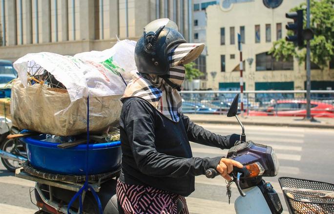 Người dân Thủ đô bịt kín mặt ra đường trong ngày nắng gắt - Ảnh 6.