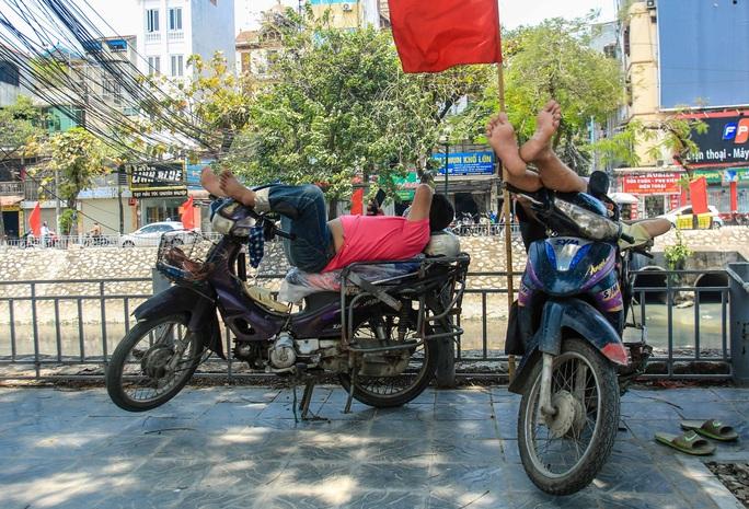 Người dân Thủ đô bịt kín mặt ra đường trong ngày nắng gắt - Ảnh 12.