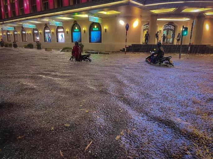 CLIP: Nhiều tuyến phố ngập sâu, người Hà Nội bì bõm sau trận mưa vàng - Ảnh 6.