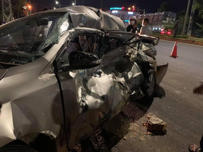 Xe con bị xe tải vò nát, người phụ nữ chết thảm - Ảnh 4.