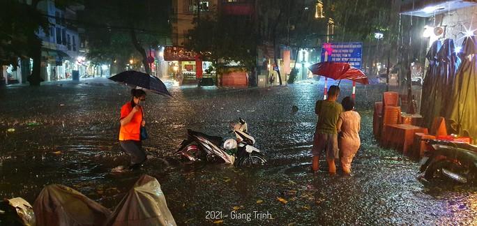 CLIP: Nhiều tuyến phố ngập sâu, người Hà Nội bì bõm sau trận mưa vàng - Ảnh 5.