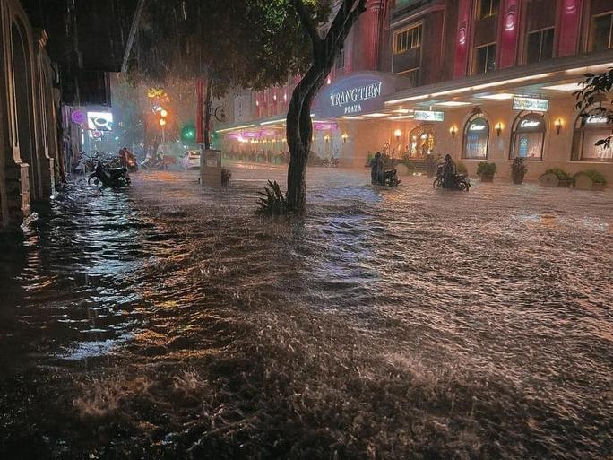 CLIP: Nhiều tuyến phố ngập sâu, người Hà Nội bì bõm sau trận mưa vàng - Ảnh 7.