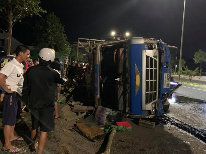 Xe con bị xe tải vò nát, người phụ nữ chết thảm - Ảnh 2.