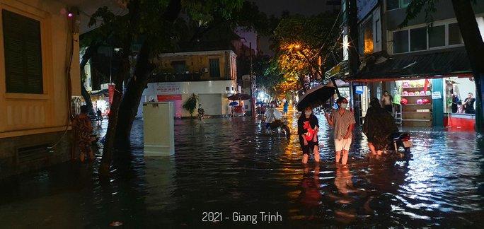 CLIP: Nhiều tuyến phố ngập sâu, người Hà Nội bì bõm sau trận mưa vàng - Ảnh 3.