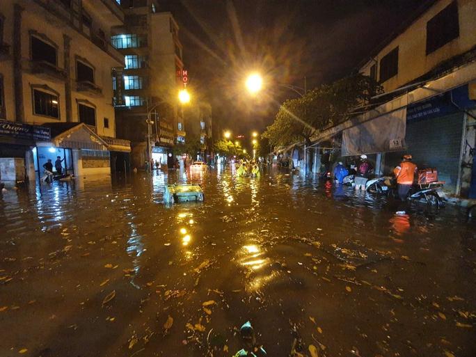 CLIP: Nhiều tuyến phố ngập sâu, người Hà Nội bì bõm sau trận mưa vàng - Ảnh 9.