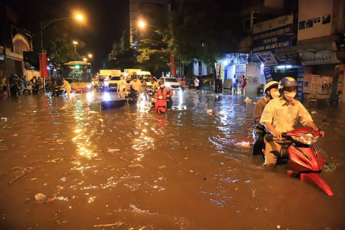 CLIP: Nhiều tuyến phố ngập sâu, người Hà Nội bì bõm sau trận mưa vàng - Ảnh 2.
