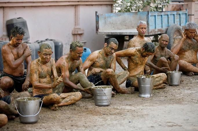 Dân Ấn Độ chữa Covid-19 bằng... phân và nước tiểu bò, bác sĩ nói gì? - Ảnh 2.