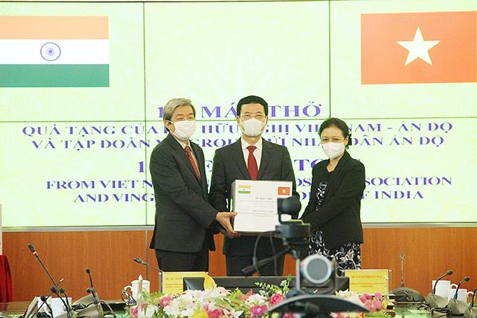 Bộ trưởng Nguyễn Mạnh Hùng trao tặng 100 máy thở cho Ấn Độ - Ảnh 1.