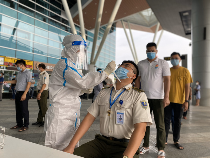 Xét nghiệm Covid-19 cho 2.000 cán bộ, nhân viên Sân bay Đà Nẵng - Ảnh 1.