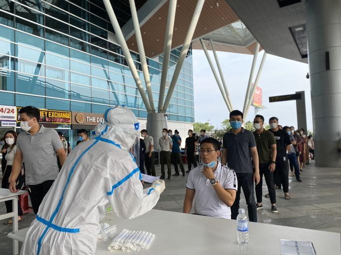 Xét nghiệm Covid-19 cho 2.000 cán bộ, nhân viên Sân bay Đà Nẵng - Ảnh 3.