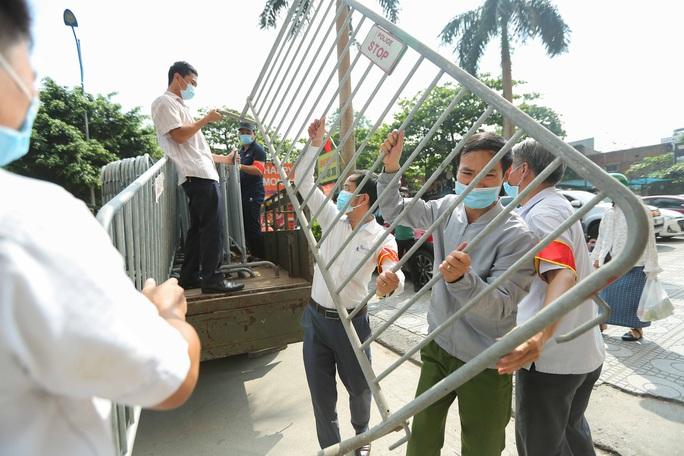 CLIP: Phong toả tòa nhà chung cư Đại Thanh có ca dương tính SARS-CoV-2 phức tạp - Ảnh 3.