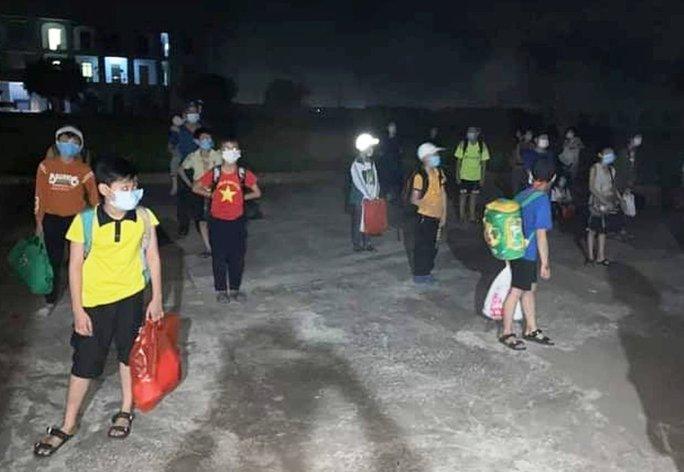 Nam sinh lớp 6 dương tính với SARS-CoV-2, 32 học sinh đi cách ly ngay trong đêm - Ảnh 1.