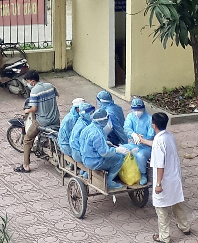 Câu chuyện xúc động của bác sĩ trong bức ảnh nhân viên y tế đi xe ba gác vào vùng dịch - Ảnh 3.