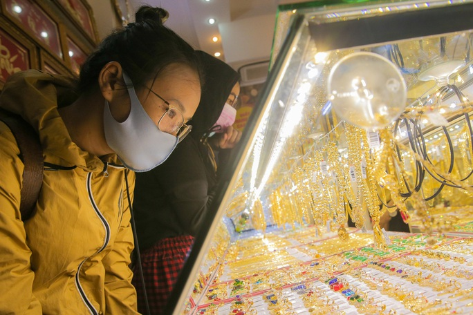 Giá vàng hôm nay 11-5: Tăng 56 USD trong 4 phiên, các quỹ đầu tư mua 5,8 tấn vàng - Ảnh 2.