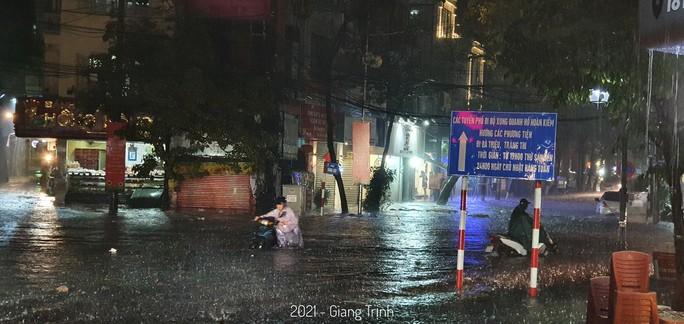 CLIP: Nhiều tuyến phố ngập sâu, người Hà Nội bì bõm sau trận mưa vàng - Ảnh 10.