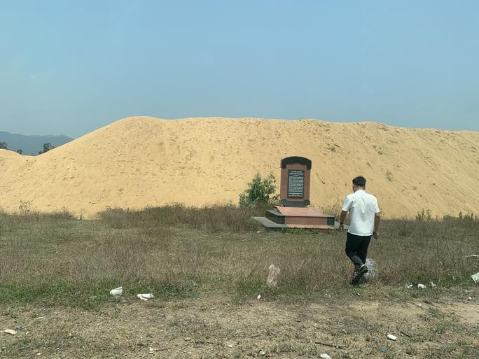"""Chủ tịch tỉnh Bình Định yêu cầu xử lý dứt điểm núi cát """"khủng"""" trong khu di tích lịch sử - Ảnh 2."""