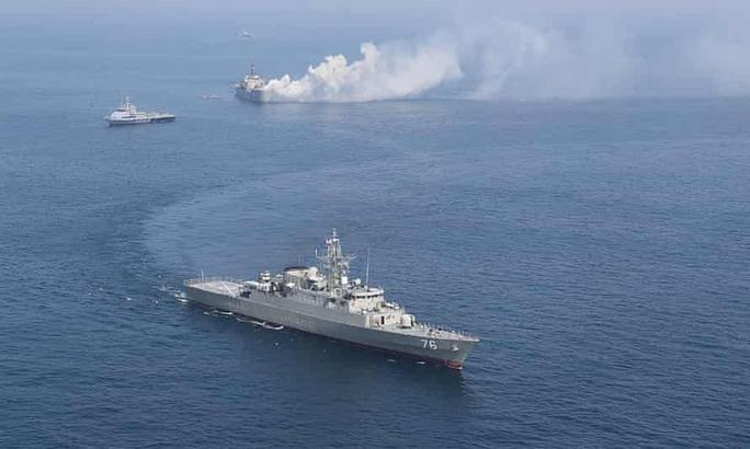 Mỹ bắn cảnh cáo 13 tàu chiến Iran áp sát nguy hiểm - Ảnh 2.