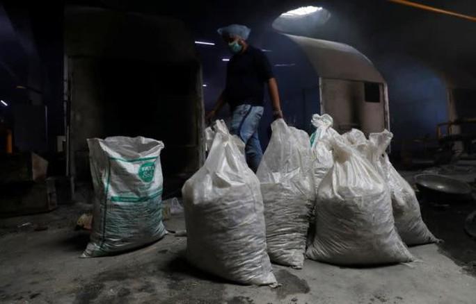 Ám ảnh những bao tải tro cốt vô thừa nhận ở Ấn Độ - Ảnh 2.