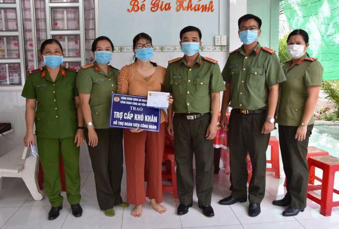 Công an Tiền Giang chăm lo đoàn viên Công đoàn khó khăn - Ảnh 1.