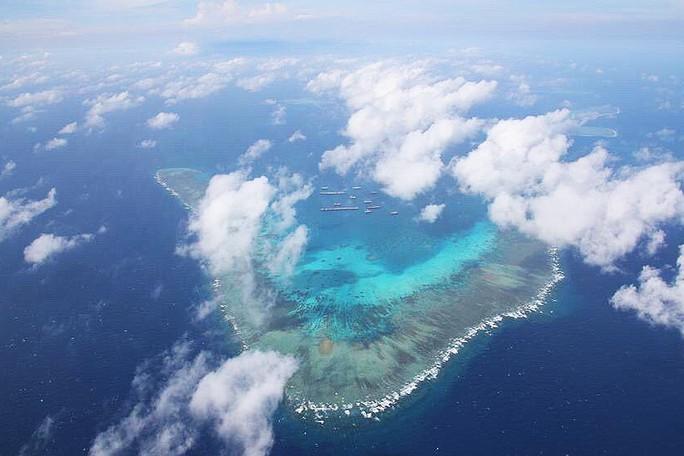 Philippines tố gần 300 tàu Trung Quốc vẫn bám trụ gần Trường Sa - Ảnh 1.