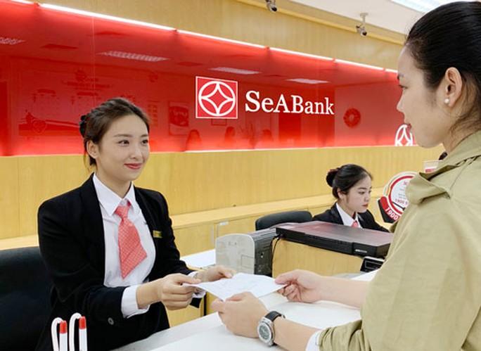 Ngân hàng hỗ trợ khách hàng chuyển tiền quốc tế - Ảnh 1.