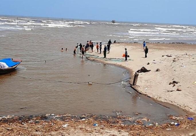18 học sinh ra tắm biển, 3 em bị sóng cuốn mất tích - Ảnh 1.