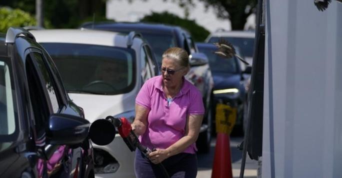 Nhà Trắng kêu gọi người dân không tích trữ xăng dầu - Ảnh 1.