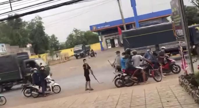 Đồng Nai: Lạnh gáy 2 nữ sinh kéo hàng chục thanh thiếu niên đi hỗn chiến - Ảnh 1.