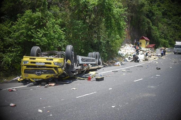 Bình Định: Ô tô chở hàng đông lạnh đâm vào vách núi, 2 tài xế tử vong tại chỗ - Ảnh 2.