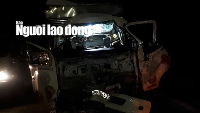 CLIP: Nhiều tài xế cạy cabin xe tải để đưa 2 người thương vong ra ngoài - Ảnh 2.