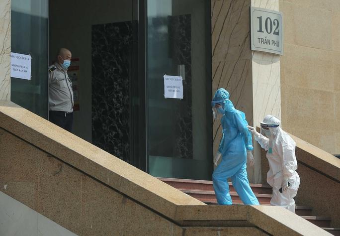 CLIP: Phong toả tòa nhà chung cư Hồ Gươm có ca dương tính SARS-CoV-2 - Ảnh 9.