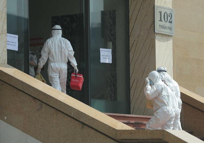 CLIP: Phong toả tòa nhà chung cư Hồ Gươm có ca dương tính SARS-CoV-2 - Ảnh 10.