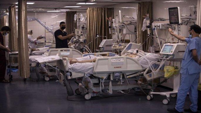 Các bệnh viện ở dải Gaza lâm cảnh một cổ hai tròng - Ảnh 1.