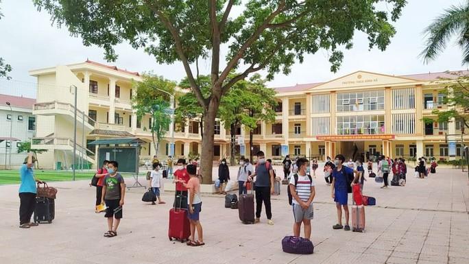 Gần 60 giáo viên, học sinh phải cách ly tập trung vì 1 học sinh lớp 6 dương tính SARS-CoV-2 - Ảnh 1.