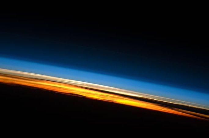 Thứ đáng sợ đang bào mỏng khí quyển Trái Đất, tấn công các vệ tinh - Ảnh 1.