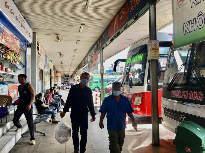 Từ 0 giờ ngày 15-5, TP HCM tạm dừng các tuyến xe khách đến các vùng có dịch - Ảnh 1.