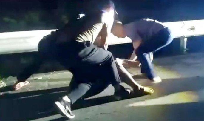 CLIP: Cảnh sát nổ súng bắt đối tượng buôn bán ma túy như phim hành động - Ảnh 1.