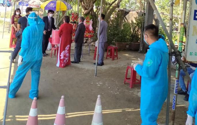 Quảng Nam: Tổ chức đám hỏi ngay chốt kiểm soát dịch Covid-19 - Ảnh 4.