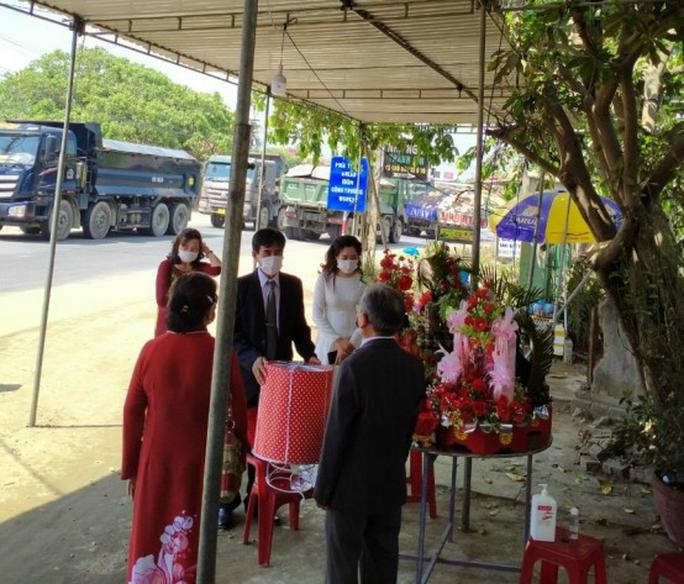 Quảng Nam: Tổ chức đám hỏi ngay chốt kiểm soát dịch Covid-19 - Ảnh 1.