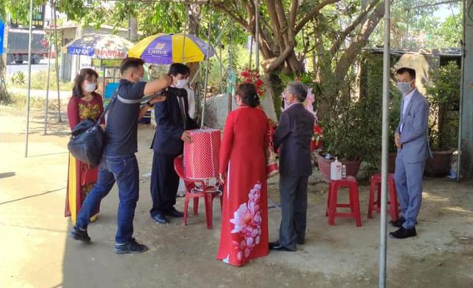 Quảng Nam: Tổ chức đám hỏi ngay chốt kiểm soát dịch Covid-19 - Ảnh 3.